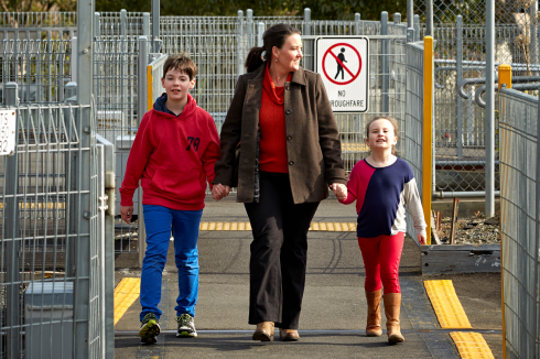 LXinfoImage1250-Walk to school safely - Australia
